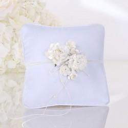 Petit Coussin porte alliance fleur blanche